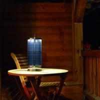 Solarleuchte auf einem Balkon